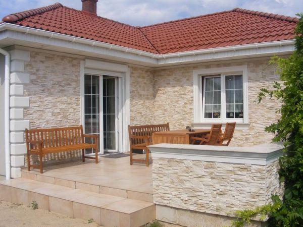 Dom 1 - Beżowa elewacja domu z boniami i płytami klinkierowymi