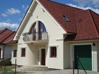 Dom 2 - Stylowa elewacja domu z wyjątkowym zdobieniem okien i drzwi