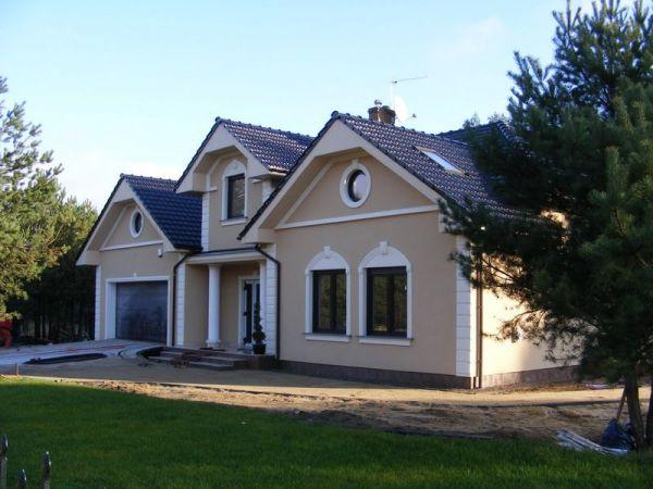 Dom 4 - Nowoczesna elewacja domu ze zwornikami i głowicami kolumn