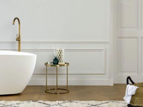 Realizacja sztukaterii w białej łazience