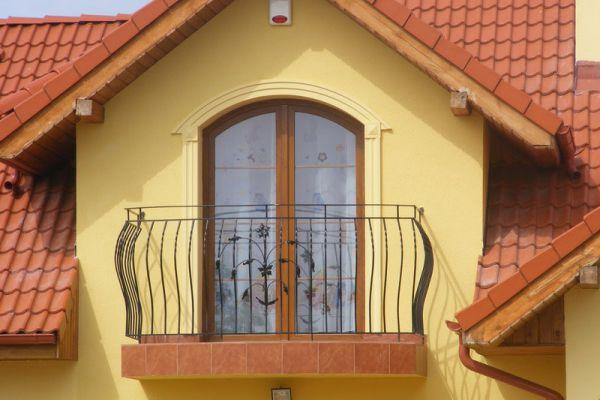 Dom z okrągłymi oknami w wytwornym klimacie