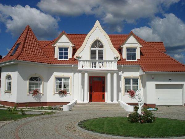 Piekna elewacja domu z elegancka sztukateria